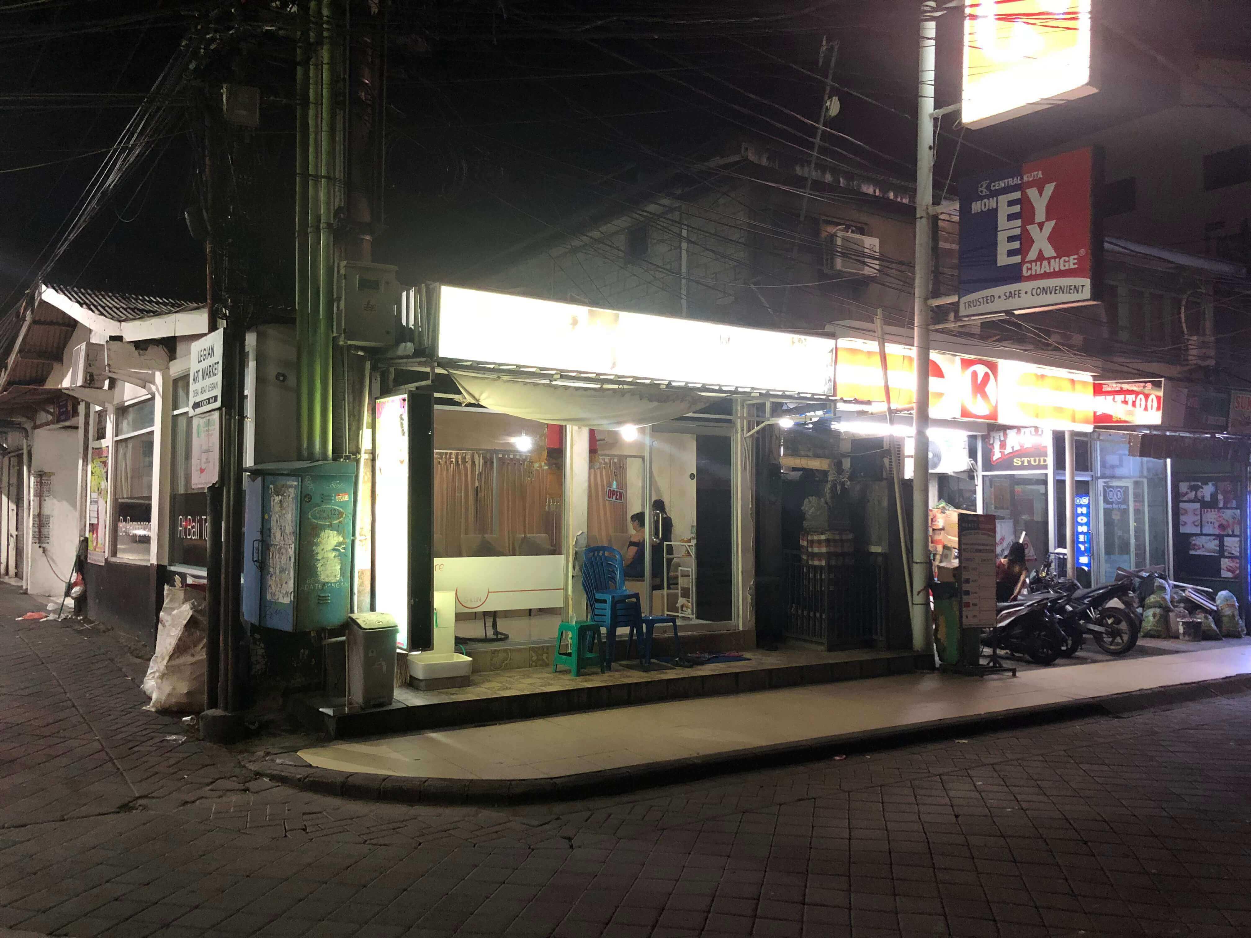 バリ島の街スパ夜の外観