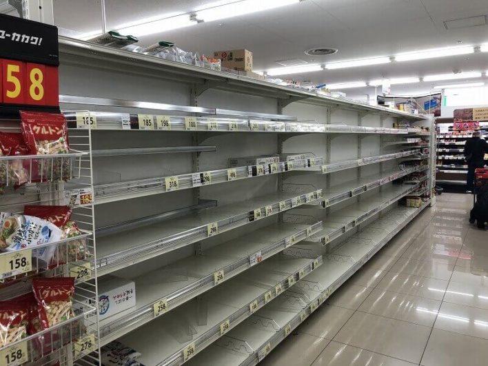 買い占めされたスーパー内01