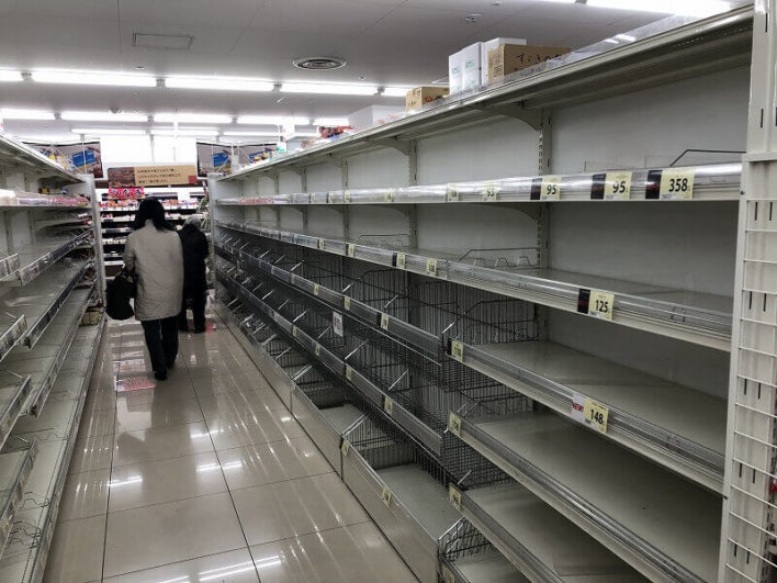 買い占めされたスーパー内03