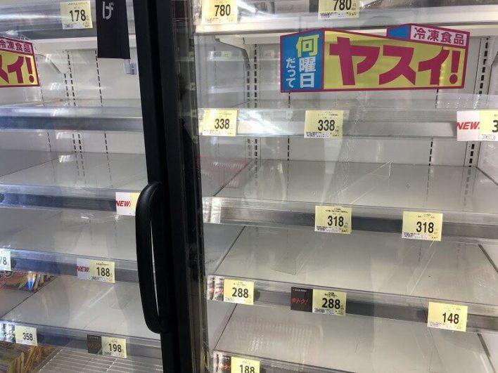 買い占めされたスーパー内02