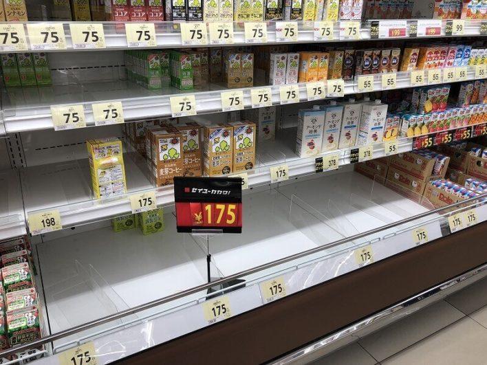 買い占めされたスーパー内04
