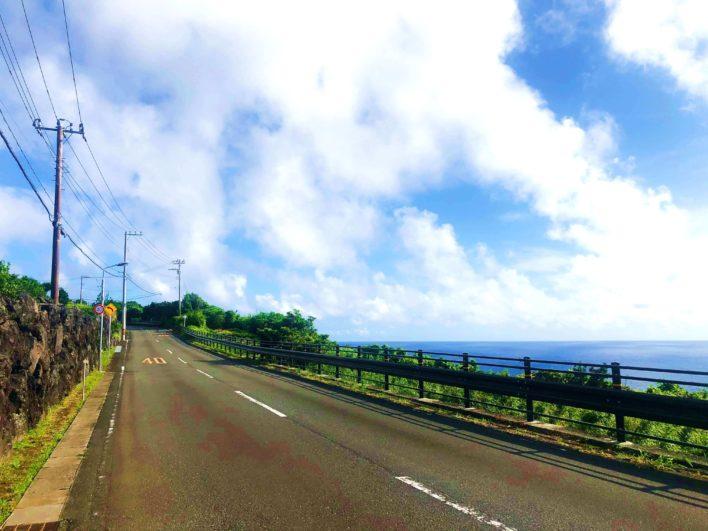他にほとんど誰も走っていない八丈島の道路