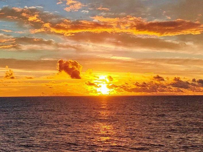 船から見た朝焼け